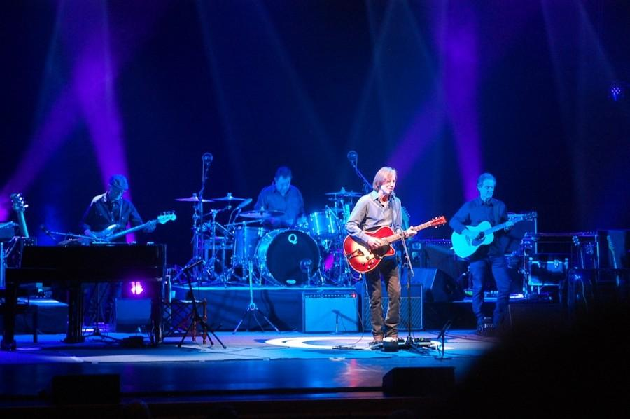 Jackson+Browne+and+his+band+performing