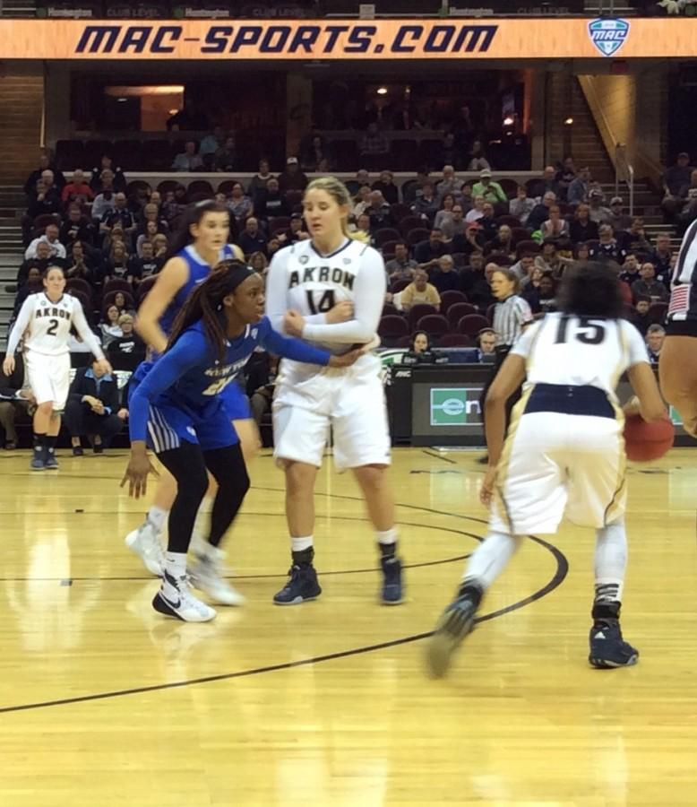 Anita+Brown+drives+around+a+Greta+Burry+pick+during+the+MAC+Tournament+game+against+Buffalo.