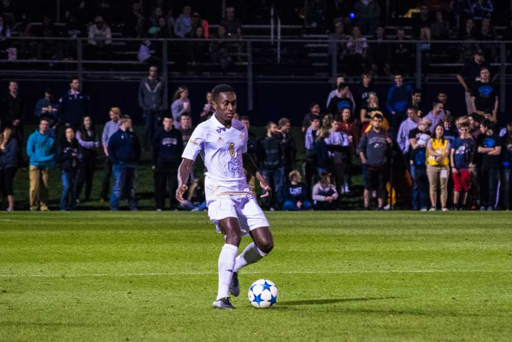 Richie Laryea (6) with the ball looking to pass