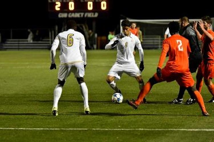 Victor Souto (9) looks to pass to Richie Laryea (6)