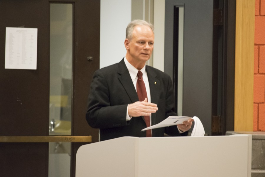 President Scarborough addresses the Faculty Senate.