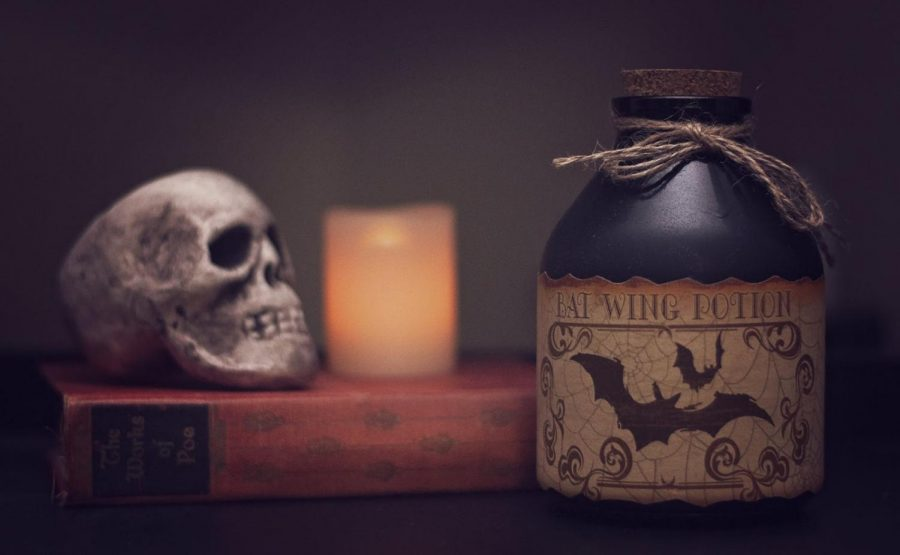 Common+elements+of+horror+films+include+skulls%2C+potions+or+poisons%2C+bats+and+night.+%28Photo+courtesy+of+Pexels%29